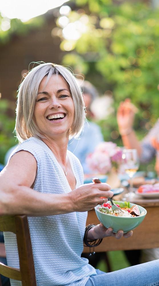 Frau-Salat-essen-fr%C3%BChling_204548579.jpeg